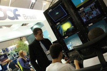 At the DOF Brasil stand, lines were forming in front of the ROV simulator.
