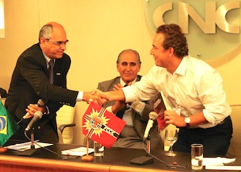 NBCC president  Paulo Rolim thanks mayor Aluízio dos Santos Júnior with a book. In the middle, Paulo Marcondes Ferraz, who is the president of FCCE.