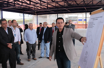 "Project engineer Renan Chriman presented the project to the delegation at the construction site. ""We are using local suppliers and consider installing a unit for research and innovation here in the future"", Mr. Chrisman said."